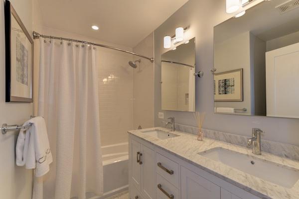 08 - Hall Bath